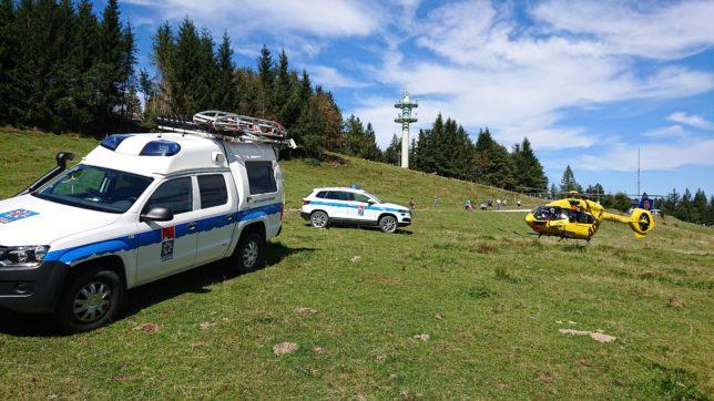 Das Bergrettungsfahrzeug, der Einsatzleitwagen sowie der Rettungshubschrauber stehen in der Nähe der Einsatzstelle am Blomberg